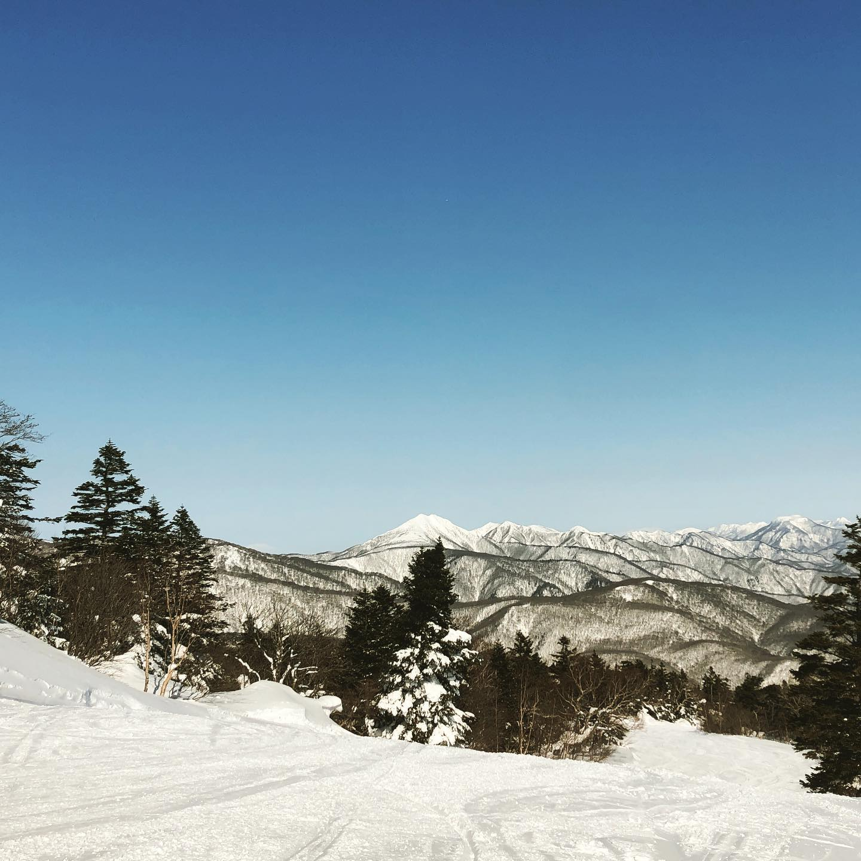 Fine bluebird day!!3日間続いた強風から、とても穏やかで気持ちいいスキー日和。スキー場部は3〜40cmほどのフレッシュパウダー️風に飛ばされず、パックもされなかった幸運のパウダーレッスンやってます️#えぼしスキー場 #eboshi #宮城蔵王プロスキースクール #スキースクール #スキー#宮城 #仙台 #k2skis #パウダースノー