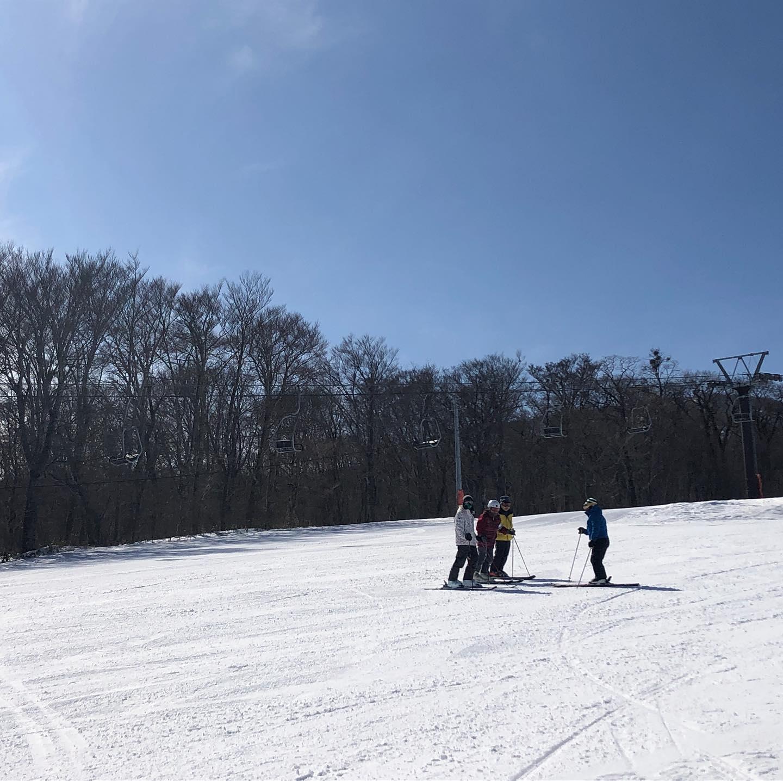 穏やかで、まさに今日こそ!というスキー日和でした。えぼしの魅力であるスキー場からの眺望。お客様の中には山歩きを趣味にされている方も多く、百名山完登されている方もいらっしゃいます。そんな皆さんとスキーだけでなく、あっちの山は何とか、今日はどこまで見えるね、という話にも花が咲く良い1日のレッスンでした!毎回こんな素敵なコンディションで滑りたいな〜、と思いますがそうはいかないのがまた自然の中で楽しむスポーツの醍醐味なのかも知れません。#えぼしスキー場 #宮城蔵王プロスキースクール #シニアレッスン #中高年 #スキースクール #スキーレッスン #skiing #眺望 #宮城 #仙台 #蔵王 #k2skis