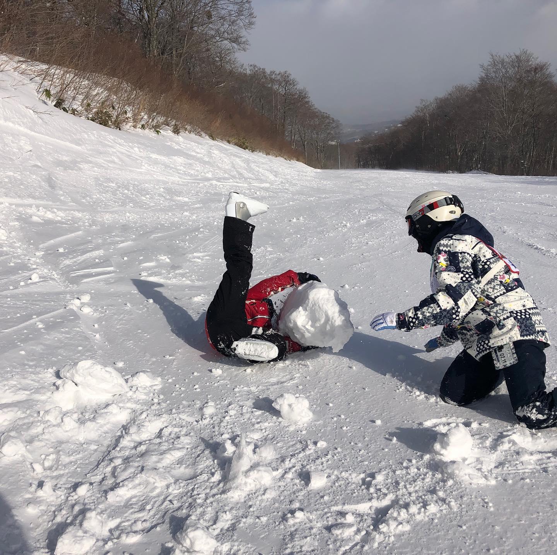 パーツ集めから完成?まで。かまくらなのか、壁なのか… 強風でもスキー場で過ごす一日は楽しくなくちゃ!#えぼしスキー場 #宮城蔵王プロスキースクール #キッズレッスン #キッズスキー #スキースクール #skiing #skilesson #キッズスクール #宮城 #仙台 #蔵王 #雪だるま #かまくら作り