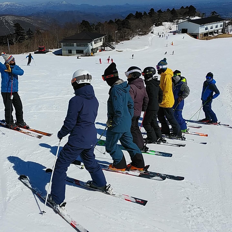 コブレッスン。穏やかな春の陽気、のはずがカチカチガタガタのコブに。ライン取りとポジショニングの話を中心に講習を行いました。昔ながらの不規則な大小入り混じったコブを滑りたいなぁ、と最近よく思います。雪は減ってきましたが、まだまだシーズンは終わりませんよ!ポカポカ陽気の中楽しむスキーをお届け中です。スキー場、スクールとも28日日曜までです。#えぼしスキー場 #宮城蔵王プロスキースクール #春スキー #スキースクール #スキーレッスン #宮城 #山形 #春はコブの季節