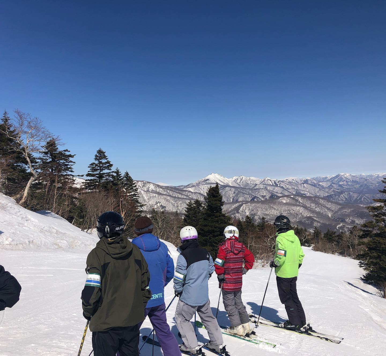 今日は鳥海山の裾まで見える珍しい日でした。午前は良く走る(滑る)ザラメ、午後は重くなってさらに遅い時間は固まりはじめて来ましたが、一日良いコンディションでのレッスンでした。「中高年スキーの日」残すところ、あと3回(3/12、16、19)となります。#えぼしスキー場 #宮城蔵王プロスキースクール #中高年 #スキースクール #スキーレッスン #春スキー #宮城 #仙台 #山形 #蔵王 #宮城蔵王